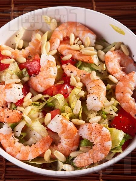 Зелена салата с айсберг, бланширани скариди, домати и кедрови ядки - снимка на рецептата